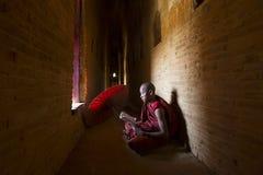 BAGAN, MYANMAR - 20 FEBRUARI, 2015: Niet geïdentificeerde Boeddhismebeginner Royalty-vrije Stock Afbeeldingen