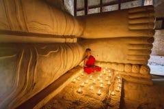 BAGAN MYANMAR - FEBRUARI 20, 2015: Sydostliga asiatiska unga lilla Budd Fotografering för Bildbyråer