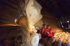 BAGAN MYANMAR - FEBRUARI 20, 2015: Sydostliga asiatiska unga lilla Buddists Fotografering för Bildbyråer