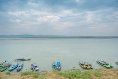 BAGAN, MYANMAR, IL 4 MAGGIO 2013: Alimenti e prodotti di trasporto dei commercianti fotografia stock