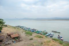 BAGAN, MYANMAR, IL 4 MAGGIO 2013: Alimenti e prodotti di trasporto dei commercianti fotografie stock