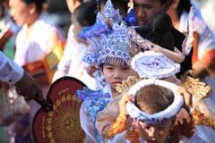 BAGAN, MYANMAR - 20. JANUAR 2015: Verzierte lokale Leute, die an der Spende teilnahmen, kanalisierten Zeremonie Shinbyu, die Mark Stockbilder