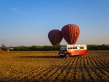 Bagan, Myanmar - 26 janvier 2015 : Ballons au-dessus du vintage s de Bagan Photo stock