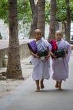 Bagan, Myanmar - 24 juillet 2014 : Moines birmans locaux avec les cuvettes AR photo stock