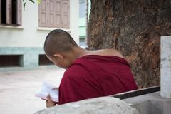 Bagan, Myanmar - 24 Juli 2014: De lokale Birmaanse monnik zit en royalty-vrije stock afbeeldingen