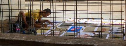 Bagan, Myanmar - 23 Juli 2014: De lokale schilder zit en pijn stock afbeelding