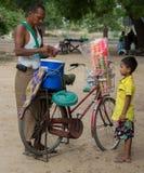 Bagan, Myanmar - 23 Juli 2014: Een Birmaanse jongen wacht op van hem royalty-vrije stock afbeelding