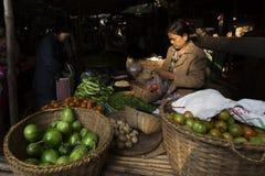 BAGAN, MYANMAR: LUTY 21, 2015: Lokalne kobiety sprzedają ich produ Obraz Stock