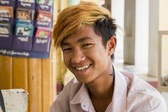BAGAN, Myanmar -15 Maart 2015: Birmaanse jonge mens met oranje haar Bagan Stock Afbeelding