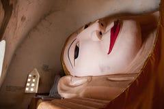BAGAN, MYANMAR - 4 MAGGIO: Statua di Buddha dentro la pagoda antica Fotografie Stock Libere da Diritti