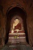 BAGAN, MYANMAR - 4 MAGGIO: Statua di Buddha dentro la pagoda antica Fotografia Stock Libera da Diritti