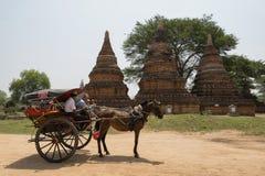 Bagan, Myanmar - 6. Mai 2017: Alte Pagoden Bagan und ein Pferdewagen Stockfoto