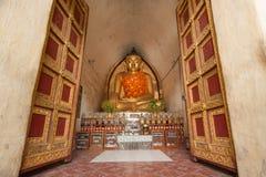 BAGAN, MYANMAR - 4. MAI: Buddha-Statue innerhalb der alten Pagode Lizenzfreie Stockbilder