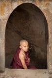 BAGAN MYANMAR - MAJ 4: Oidentifierade unga buddismnoviser ber Royaltyfri Fotografi