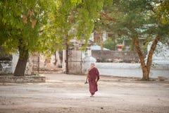BAGAN, MYANMAR - MAYO 3,2013: Paseo no identificado del neófito del budismo Foto de archivo