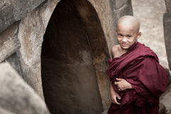 BAGAN, MYANMAR - MEI 4: De niet geïdentificeerde jonge Boeddhismebeginners bidden Royalty-vrije Stock Afbeeldingen