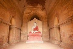 BAGAN, MYANMAR - MEI 4: Het standbeeld van Boedha binnen oude pagode Stock Afbeeldingen