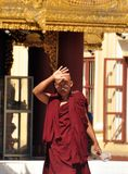 BAGAN, MYANMAR - 13 NOV., 2015: Etnisch monniksportret Jonge Aziatische mens in robe die van monnik zich voor tempelingang bevind royalty-vrije stock afbeelding