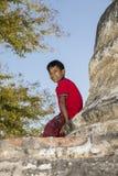 Bagan, Myanmar, o 29 de dezembro de 2017: Menino de sorriso com o Tanaka na cara Fotos de Stock