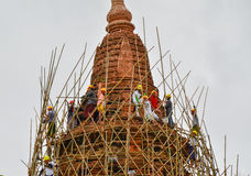 BAGAN, MYANMAR 12. SEPTEMBER 2016: Birmanische Leute, die ein Baugerüst mit Bambus für die schädigenden Tempel nach einem earthqu Stockfotos