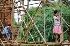 BAGAN, MYANMAR 12. SEPTEMBER 2016: Birmanische Leute, die ein Baugerüst mit Bambus für die schädigenden Tempel nach einem earthqu Lizenzfreies Stockbild