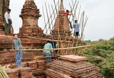 BAGAN, MYANMAR 12. SEPTEMBER 2016: Birmanische Leute, die ein Baugerüst mit Bambus für die schädigenden Tempel nach einem earthqu Lizenzfreie Stockfotografie
