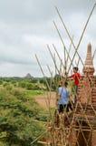 BAGAN MYANMAR SEPTEMBER 12, 2016: Burmese folk som bygger ett material till byggnadsställning med bambu för de skadade templen ef Royaltyfri Fotografi