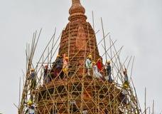 BAGAN MYANMAR SEPTEMBER 12, 2016: Burmese folk som bygger ett material till byggnadsställning med bambu för de skadade templen ef Arkivfoton