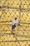 BAGAN MYANMAR SEPTEMBER 12, 2016: Burmese folk som bygger ett material till byggnadsställning med bambu för de skadade templen ef Fotografering för Bildbyråer