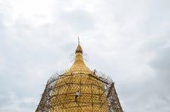 BAGAN MYANMAR SEPTEMBER 12, 2016: Burmese folk som bygger ett material till byggnadsställning med bambu för de skadade templen ef Arkivfoto