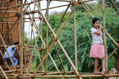 BAGAN MYANMAR SEPTEMBER 12, 2016: Burmese folk som bygger ett material till byggnadsställning med bambu för de skadade templen ef Royaltyfri Bild