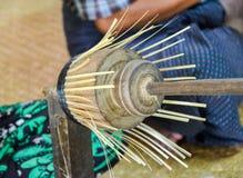 BAGAN MYANMAR SEPTEMBER 12, 2016: Burmese folk som gör lacquerwaredisk på en lokal fabrik i gamla Bagan royaltyfria foton