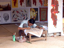 BAGAN - 06 OKTOBER: Een niet geïdentificeerde kunstenaar creeert op tijd beeld van lokaal Htamanu-Festival op 06 Oktober, 2013, M Royalty-vrije Stock Foto