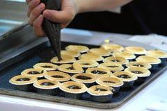 Bagare Baking Egg Tart Arkivbild