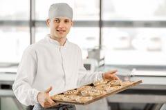 Bagare med bullar på tillverkningen royaltyfri bild
