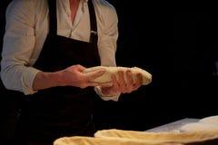 Bagare med degresning i korgar på bagerit Arkivfoto