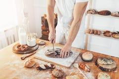 Bagare med en variation av läckert nytt bakat bröd och bakelse Royaltyfri Bild