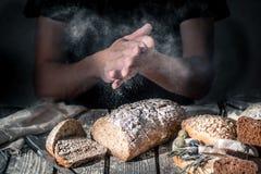 Bagare med mjöl i hand royaltyfria foton