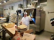 Bagare på det Boudin bagerit på det Anaheim Kalifornien affärsföretaget royaltyfri fotografi