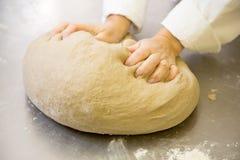 Bagare som knådar deg för nytt bröd i bageri Royaltyfria Foton