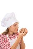 Bagare som luktar bröddeg för att kontrollera kvalitet Royaltyfri Bild