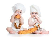 Bagareungar pojke och flicka Arkivfoto