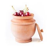 Bagas da cereja na bacia de madeira fotografia de stock royalty free