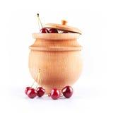 Bagas da cereja na bacia de madeira foto de stock royalty free