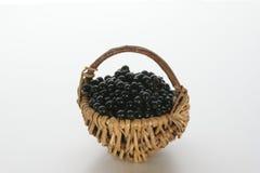 Bagas de sabugueiro em uma cesta pequena Imagem de Stock