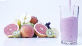 Bagas e fruto misturados bonitos no fundo branco Feche acima do alimento saudável 4K filme