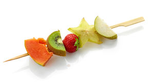 Bagas e partes frescas do fruto em espetos Fotos de Stock