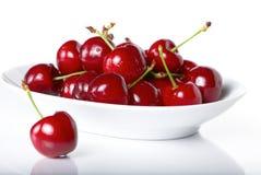 Bagas frescas da cereja em uma placa Imagem de Stock