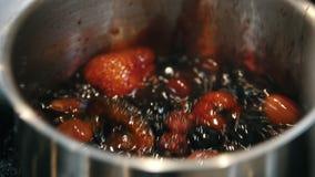Bagas frescas que cozinham na bandeja - fazendo o confiture vídeos de arquivo