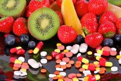 Bagas, frutos, vitaminas e suplementos nutritivos Fotos de Stock Royalty Free